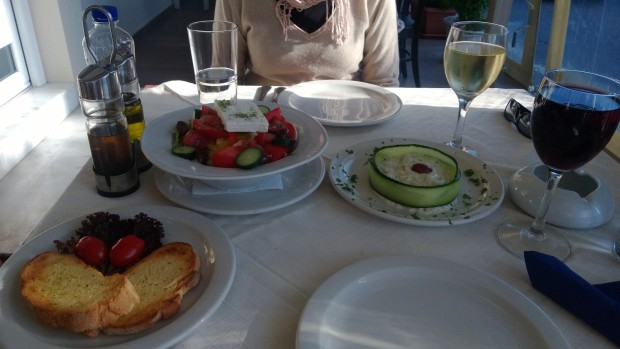 Kreikkalaista salaattia ja tsatzikia