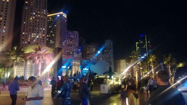 Dubai Marinan rantabulevardi on täynnä ravintoloita, hotelleja, valoja ja ihmisiä.