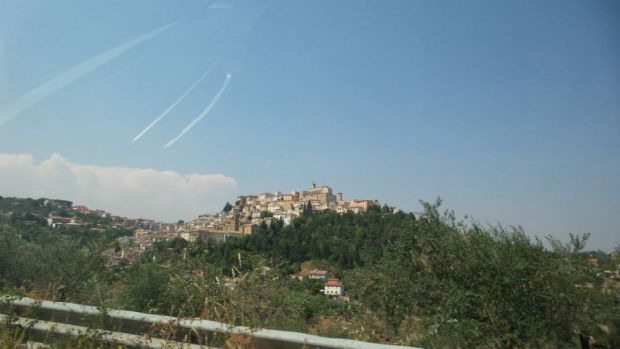 Loreto Aprutino ja kukkulan päällä sijaitseva castello Chiola.
