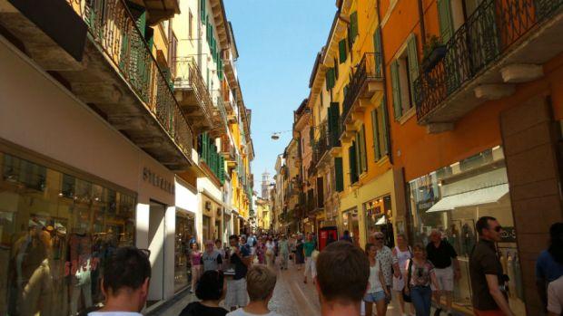 Veronan shoppailukadulla Via Mazzinilla riitti kauppoja ja ihmisiä.