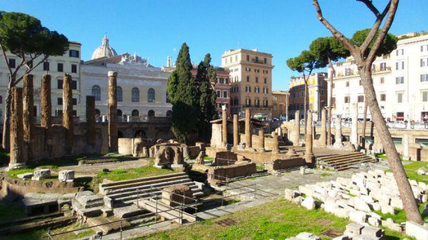 Julius Caesar sai surmansa Largo di Torre Argentinalla, joka kuuluu nykyisin kulkukissoille.