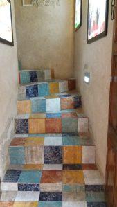 Kahvilan värikkäät portaa Al Fahidissa.
